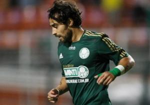 Valdivia_mira_Palmeiras_2014_PS