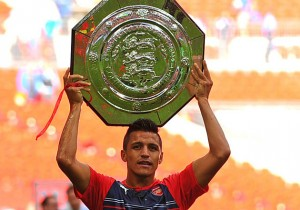 Alexis_trofeo_Arsenal_PS