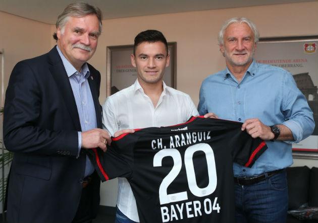 Aranguiz_Leverkusen_firma_2015