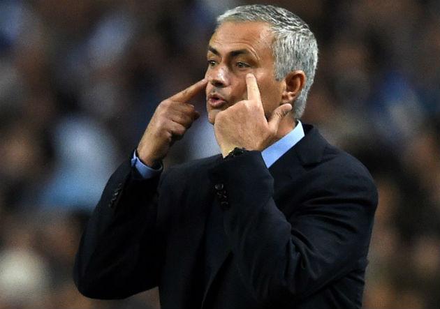 Mourinho-mira_Chelsea_2015