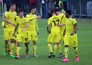 Angelo_Henriquez-amarillo-Dinamo-gol_2015