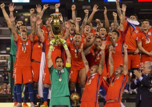Chile_campeon_Copa100_levanta_trofeo_2016_PS