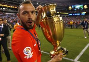 Marcelo_Diaz_Copa100_trofeo-campeon-2016_PS