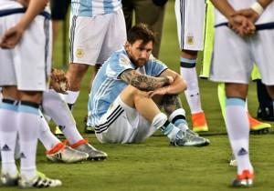 Messi_suelo_lamento_Argentina-Copa100_2016