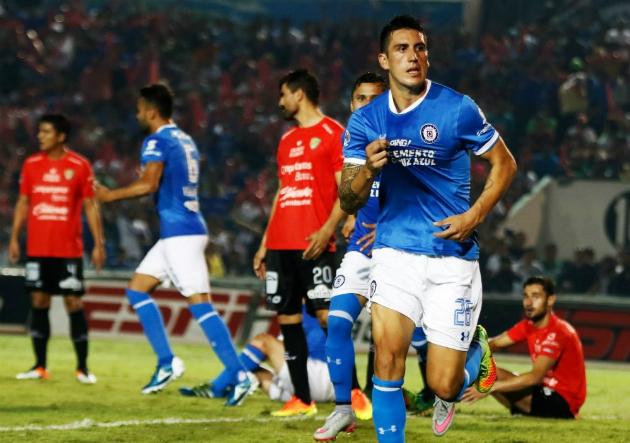 Enzo Roco brilló en las dos áreas en la victoria de Cruz Azul ...