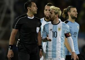 Julio_Bascunan_arbitro_Messi-Argentina_2016