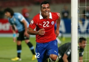 Esteban_Paredes_gol_Chile_Uruguay_2013_PS