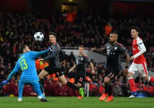 Arturo_Vidal_gol_Arsenal_Bayern_2017_2