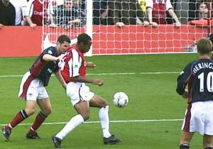 Henry_gol_volea_Arsenal_United