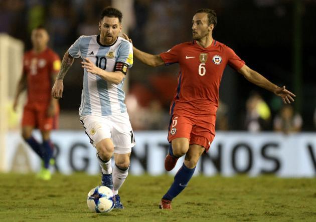 Messi_Fuenzalida_Argentina_Chile_getty_2017_0