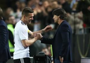 Podolski_JoachimLow_Saludo_Alemania_2017_getty