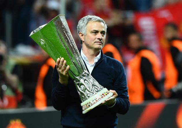 Pogba pone con ventaja al descanso al Manchester United