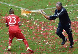 Vidal_Ancelotti_cerveza_Bayern_campeon_getty_2017_1