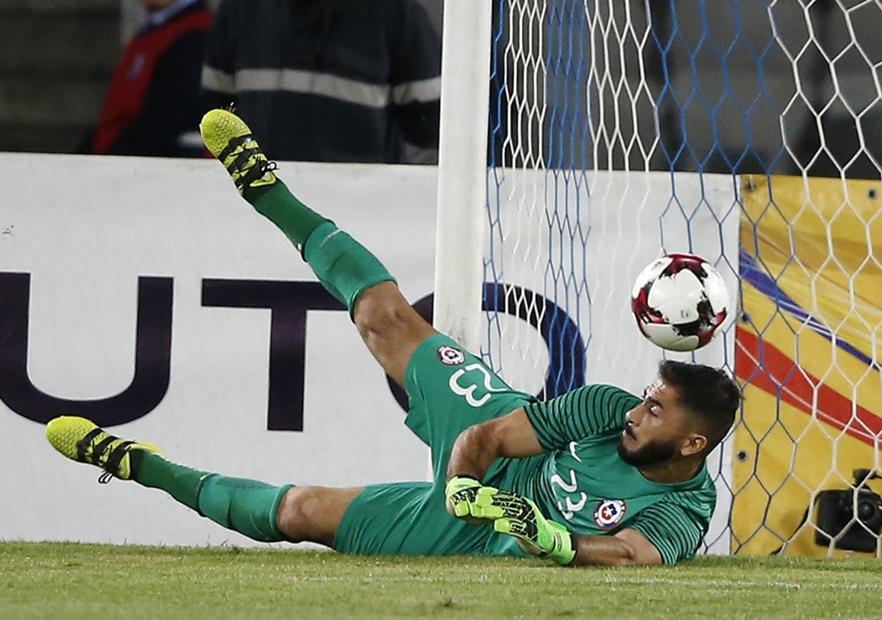 Chile descarta a Claudio Bravo para debut en Confederaciones