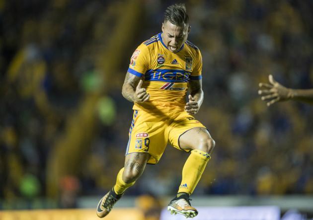 Vargas_celebra_ante_Lobos_2017_PS