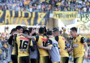 Coquimbo_SanMarcos_Abrazo_Celebran_Gol_PrimeraB_Xpress