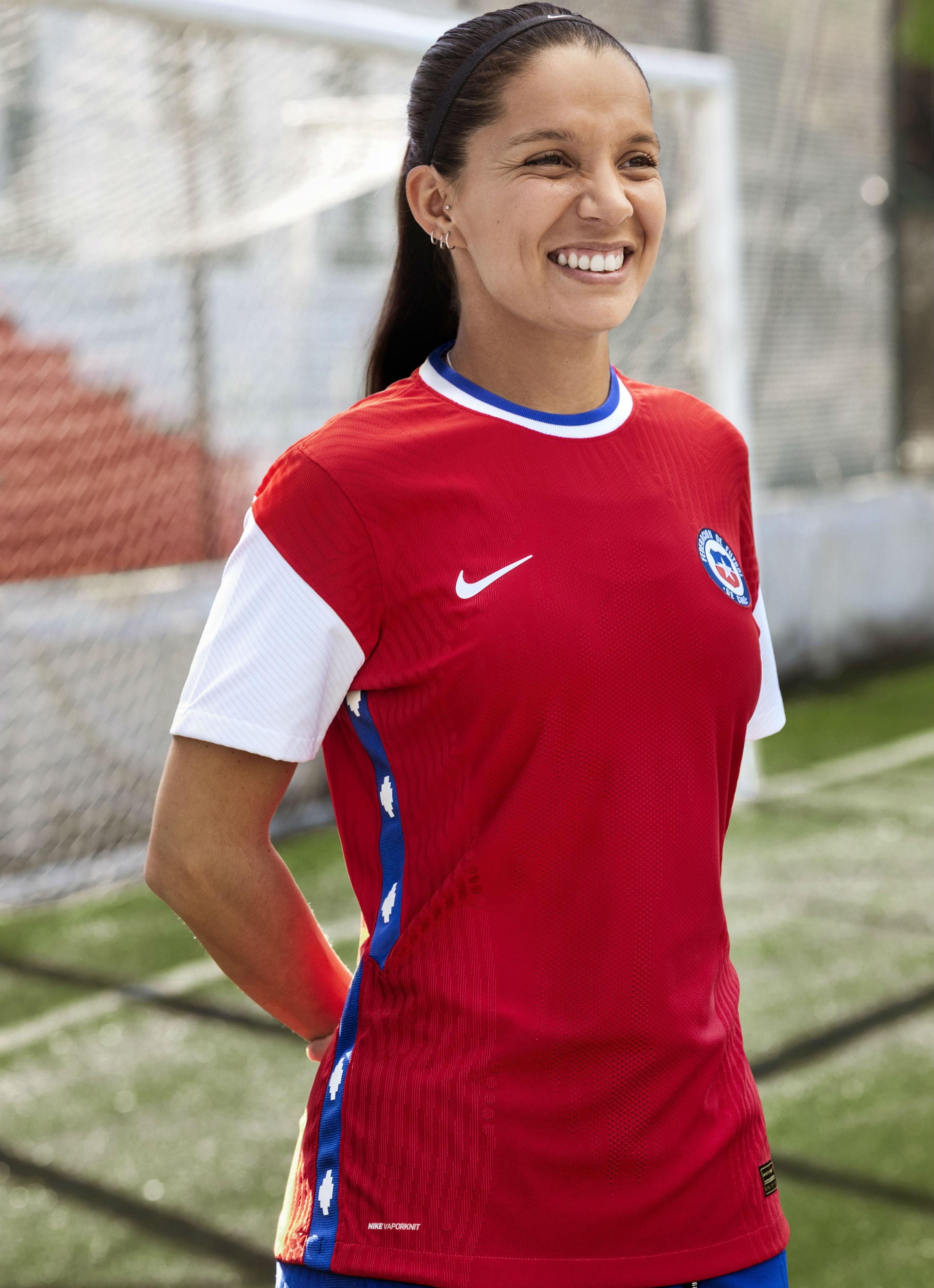 Alexis, Karen Araya y Yanara Aedo lucen nuevo uniforme de Chile
